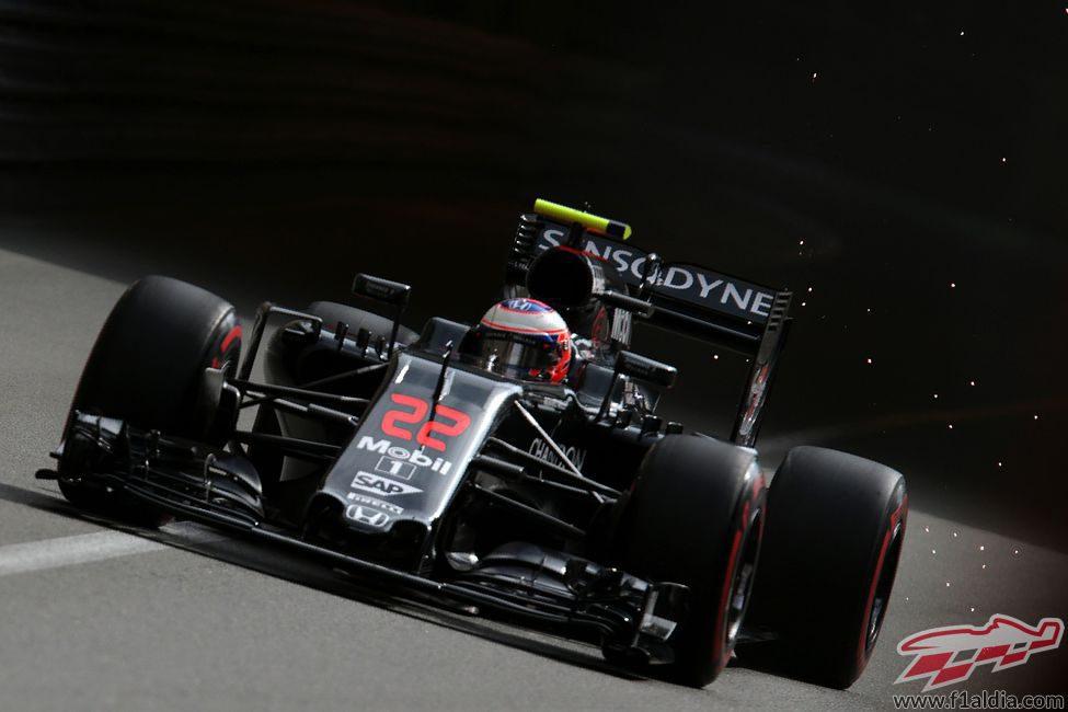 Jenson Button rueda con el McLaren en Mónaco