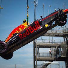 El coche de Max Verstappen destrozado por delante