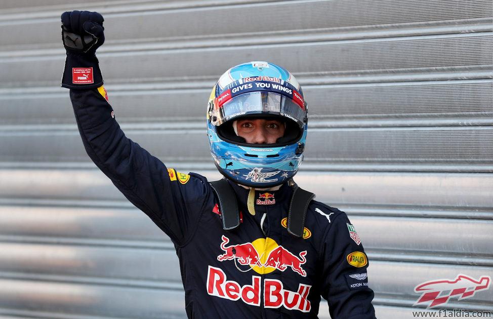 Puño en alto de Daniel Ricciardo al lograr la pole