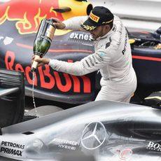 Lewis Hamilton echa champán sobre su Mercedes