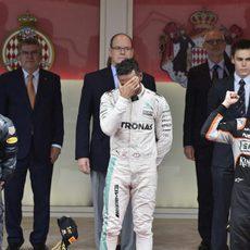 Daniel Ricciardo con gesto serio durante el podio