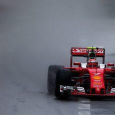 Spray de lluvia en el coche de Kimi Räikkönen