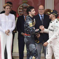 Daniel Ricciardo y Lewis Hamilton se felicitan tras la carrera