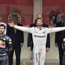 Alegría evidente de Lewis Hamilton en el podio