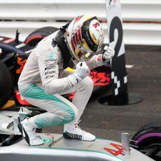 Puño de la victoria de Lewis Hamilton sobre su Mercedes