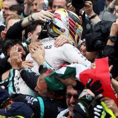 Abrazo sentido de Lewis Hamilton con su equipo