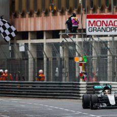 Bandera a cuadros para Lewis Hamilton