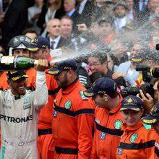Lewis Hamilton moja con champán a los presentes