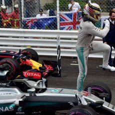 Salto de victoria de Lewis Hamilton