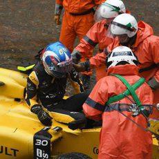 Los comisarios ayudan a Jolyon Palmer a salir del coche