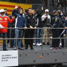 Los pilotos saludan durante el 'drivers' parade'