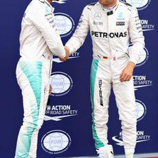 Lewis Hamilton y Nico Rosberg se dan la mano