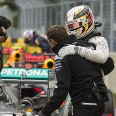 Lewis Hamilton recibe la alegría de su equipo