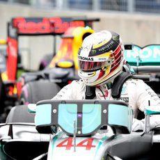 Lewis Hamilton se baja del coche al terminar la clasificación