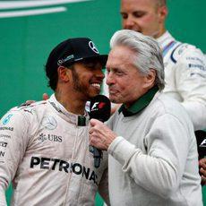 Michael Douglas entrevista a Lewis Hamilton