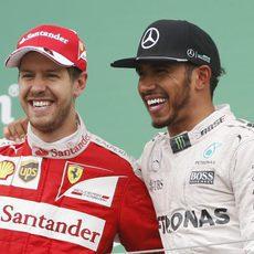 Sebastian Vettel y Lewis Hamilton alegres en el podio