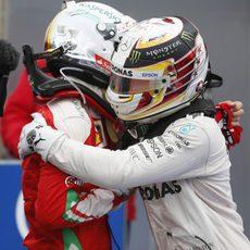 Abrazo entre Lewis HAmilton y Sebastian Vettel