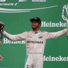 Botella y trofeo para Lewis Hamilton