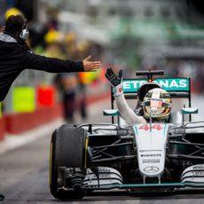 ¡Choca esos cinco Lewis Hamilton!