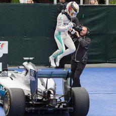 Lewis Hamilton salta del coche en Canadá