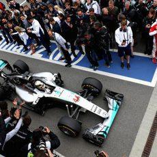 Lewis Hamilton llega para aparcar su monoplaza