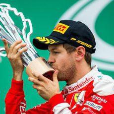 Sebastian Vettel besa su preciado trofeo
