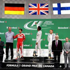 Un piloto de cada equipo en el podio de Canadá