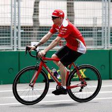 Kimi Räikkönen pasea en bici por el circuito