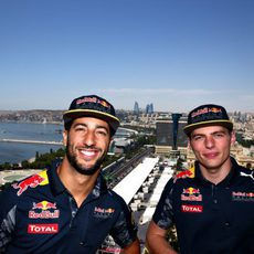 Daniel Ricciardo y Max Verstappen posan en Bakú