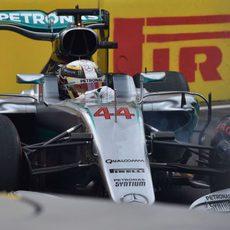 Muchos errores de Lewis Hamilton en la Q3