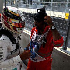 Lewis Hamilton charla con uno de los comisarios