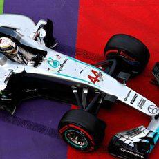 Lewis Hamilton se va largo y se sale de pista