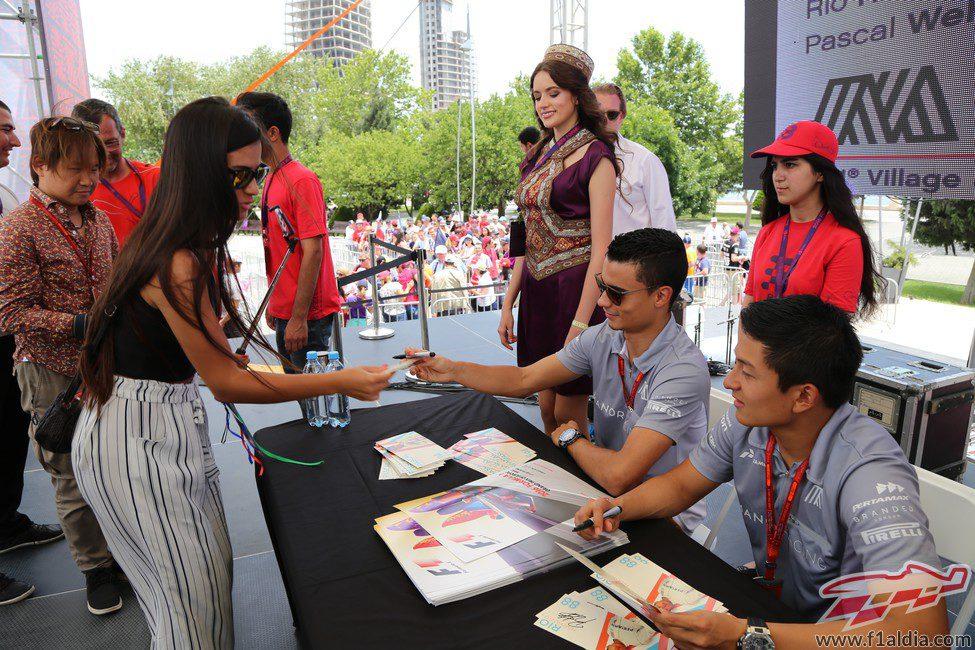 Firma de autógrafos para pascal Wehrlein y Rio Haryanto