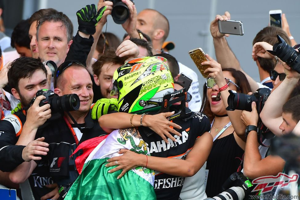 Abrazo de Sergio Pérez con su equipo en Bakú