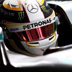 Lewis Hamilton intenta concentrarse en el coche
