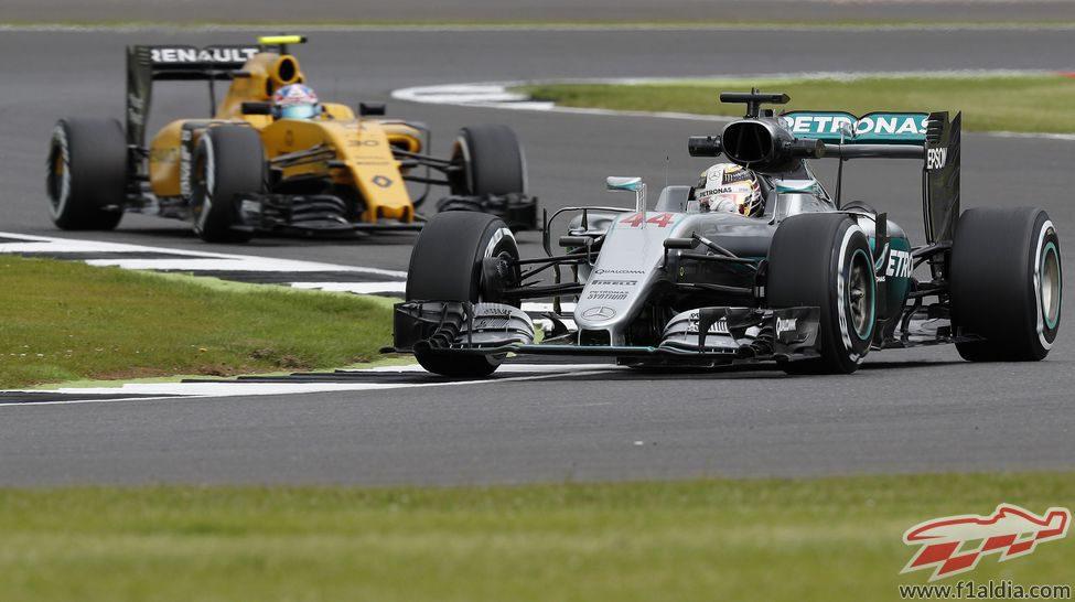 Lewis Hamilton avanza en Silverstone