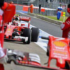 Kimi Räikkönen vuelve a boxes