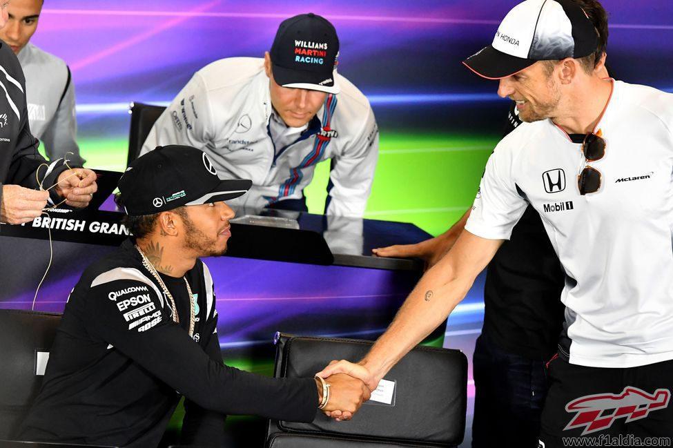 Saludo de Lewis Hamilton y Jenson Button