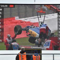 La grúa se lleva el coche de Felipe Nasr