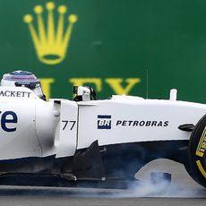 Valtteri Bottas bloquea el neumático delantero derecho