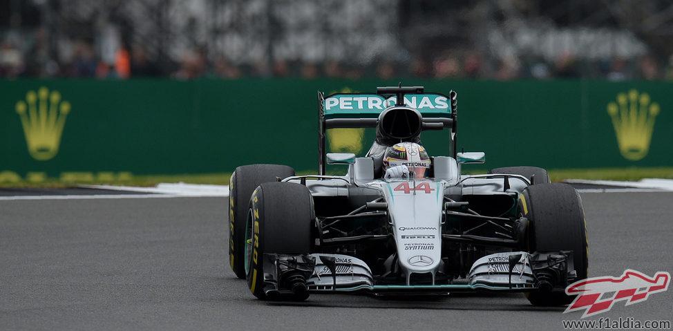 Lewis Hamilton cabalga sin rival en Silverstone