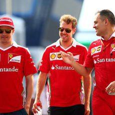 Sebastian Vettel y Kimi Räikkönen pasean en Hungría