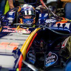 Carlos Sainz espera luz verde para salir de boxes