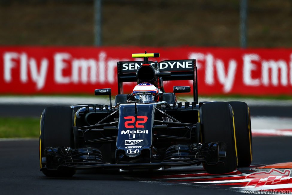 Primer intento de Jenson Button con el blando