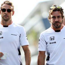 Alonso y Button se relajan antes de los entrenamientos