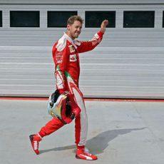 Sebastian Vettel saluda a los aficionados