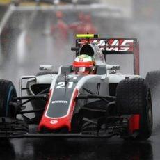 Esteban Gutiérrez rueda durante una lluviosa Q1 en Hungría