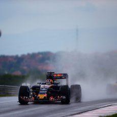Daniil Kvyat avanza en el lluvioso Hungaroring