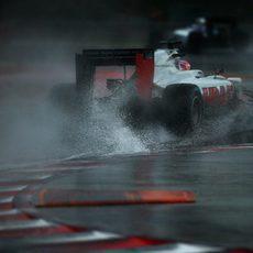 Mucha agua estancada al paso de Romain Grosjean