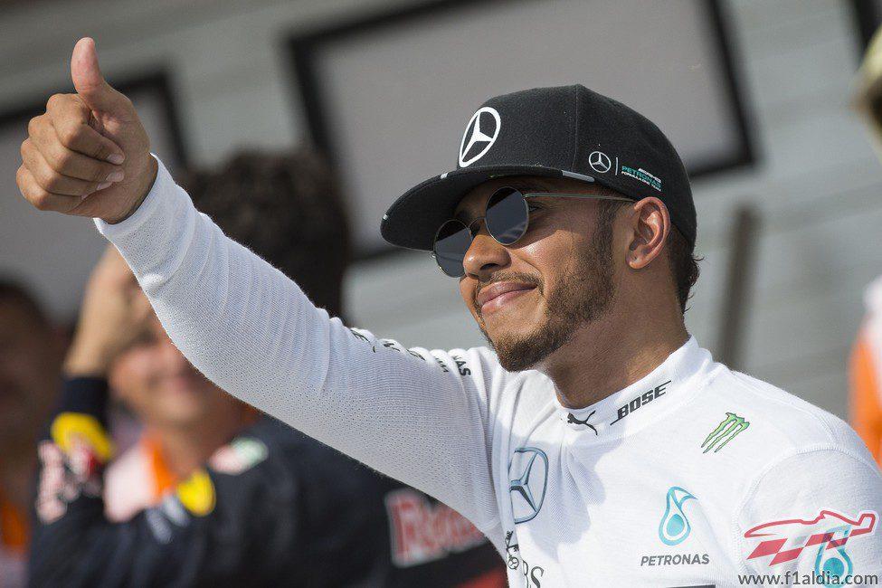 Lewis Hamilton saluda sonriente a los aficionados